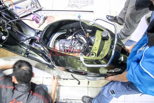 Nằm dưới phần thân xe là 2 mô-đun lớn: máy và bánh sau, bình xăng.