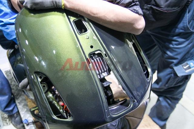 Sạc nằm ngay phía dưới dải cravate trước mặt yếm. Trên sạc không hề ghi tên nhà sản xuất tuy nhiên theo kỹ thuật viên của Piaggio, trước đây sạc của các mẫu xe Vespa thường do Ducati sản xuất.