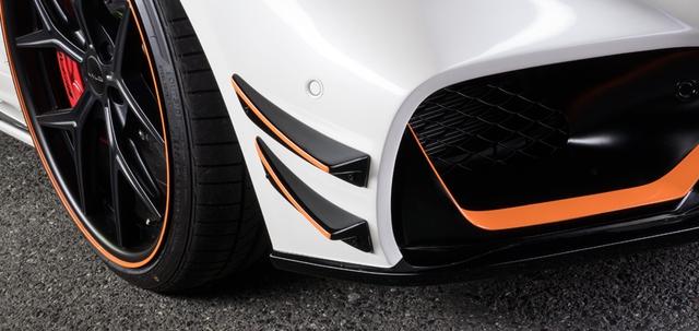 Dễ dàng có thể nhận ra, phần cản trước đã được hãng độ Nhật tạo hình dữ dằn với những nếp gấp mạnh mẽ màu cam.