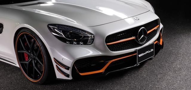 Mặc dù mang tên Black Bison (bò rừng đen) nhưng gam màu chính của chiếc AMG GT Black Edition vẫn là màu trắng, trong khi được điểm xuyết với những chi tiết màu cam và đen sần nổi bật.