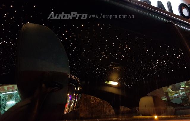 Trần xe của Wraith còn được gắn 1.340 chiếc đèn LED mô phỏng bầu trời đầy sao giống Rolls-Royce Phantom.