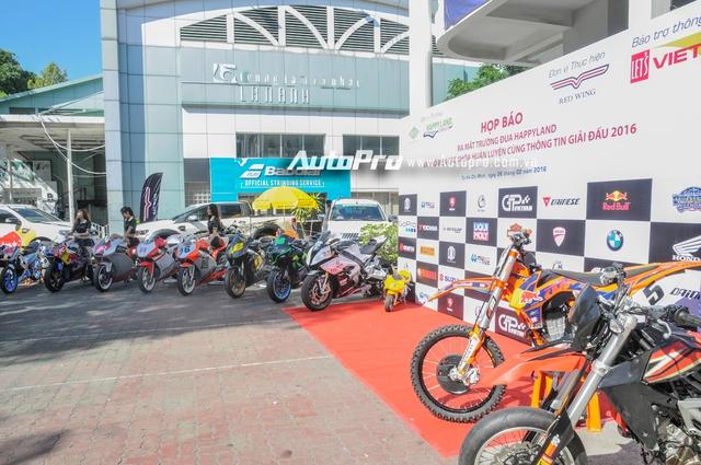 Nhân ngày ra mắt trường đua mô tô đầu tiên tại Việt Nam, dàn xe phân khối lớn của những biker Việt cùng chiếc ô tô thể thao Porsche Boxster nổi bật màu xanh mờ đã cùng nhau góp mặt. Ngoài ra, dàn xe đua sẽ sử dụng trong trường đua HappyLand cũng được trưng bày trong sự kiện này.