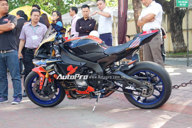 Ngoài Yamaha YZF-R1 2015 với bộ áo nguyên bản màu trắng đỏ, ngày hội còn xuất hiện chiếc R1 được lên dàn áo RedBull với 2 màu sắc chính là đen và cam. Bên cạnh đó, chiếc mô tô thể thao còn được trang bị ống xả độ hàng hiệu SC Project.