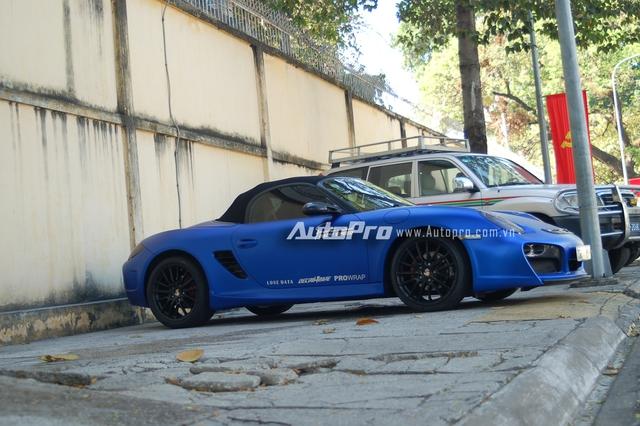 Chiếc xe thể thao mui trần Porsche Boxster đời 2009 thuộc sở hữu của tay chơi xe tại miền Tây. Trước đó, xe từng được chủ nhân cho khoác bộ áo màu crôm đỏ lạ mắt.