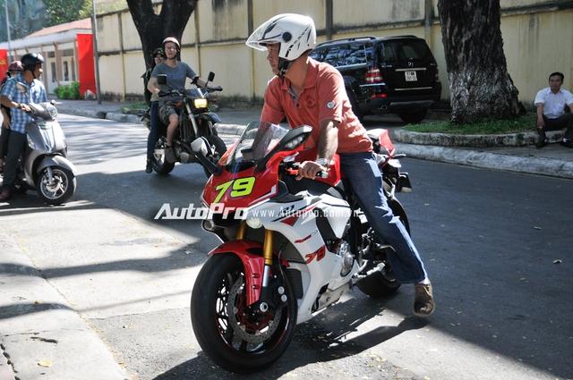 Tất nhiên, không thể thiếu sự có mặt của chiếc siêu mô tô thể thao đình đám trong năm 2015 tại thị trường Việt Nam là Yamaha YZF-R1 2015. Xe được trang bị động cơ Crossplane 4 xi-lanh thẳng hàng, DOHC, làm mát bằng chất lỏng, dung tích 998 phân khối, công suất tối đa 200 mã lực, mô-men xoắn cực đại 112,4 Nm.
