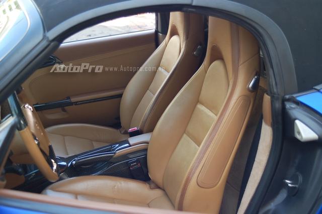 Porsche Boxster nguyên bản sử dụng động cơ 6 xi-lanh đặt giữa, dung tích 3,4 lít, sản sinh công suất tối đa 315 mã lực và hộp số ly hợp kép PDK 7 cấp. Tại thị trường Việt Nam, Porsche Boxster hiện có giá từ 3,8 tỷ Đồng.