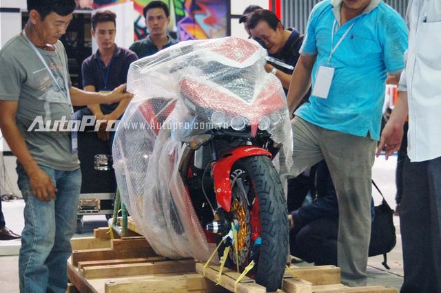 Tại triển lãm xe máy Việt Nam 2016 gian hàng Yamaha sẽ mang đến sự thú vị cho khách tham quan khi trưng bày đến 2 chiếc xế độ dựa trên phiên bản Exciter 150 phân khối. Trong đó 1 phiên bản dựa trên phong cách Movistar của đội đua Yamaha Movistar Racing trong đường đua MotoGP 2016. Ngoài ra, còn có phiên bản khác được độ lại cũng ấn tượng không kém cạnh.