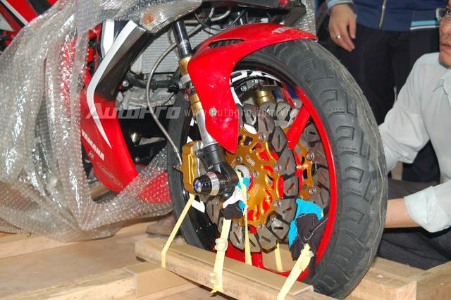 Chiếc xe côn tay được trang bị nhiều đồ chơi khá ấn tượng như cặp thắng đĩa trước và bánh xe có kích thước khá lớn, ngoài ra, phuộc trước cũng được thay mới thể thao hơn.