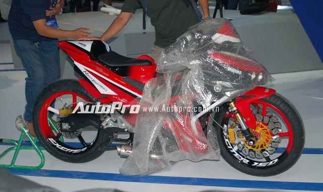 Theo nhiều nguồn tin, chiếc Yamaha Exciter 150 trong bộ áo đỏ-trắng này được nhập khẩu từ thị trường Philippines, và đã được độ lại khá khủng với các chi tiết thay thế như ghi đông, đèn pha, phuộc trước, gắp sau, ống xả độ.