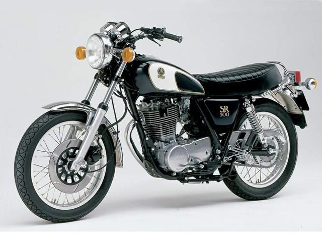Chiếc mô-tô xi-lanh đơn Yamaha SR500 có lẽ cũng là một điểm xuất phát thú vị. Tuy nhiên có lẽ sẽ ít người còn nhận ra được chiếc xe nguyên bản, sau khi chiêm ngưỡng bản độ Sunshine state of mind của nhóm độ xe Powder Monkees.