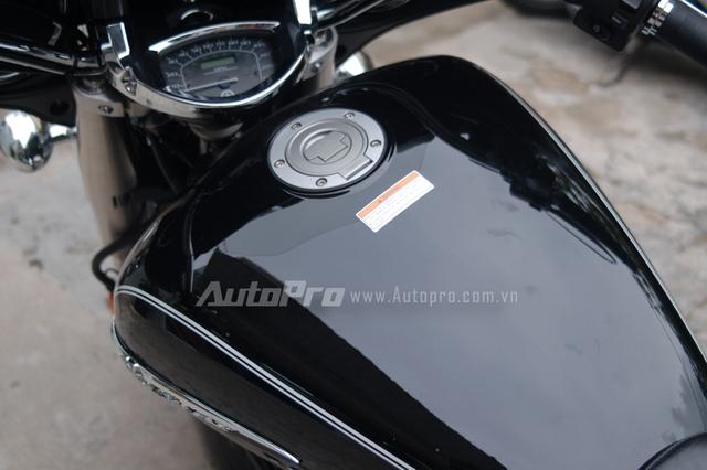 Yamaha V Star 1300 Deluxe 2013 có mức tiêu thụ nhiên liệu vào khoảng 5,6 lít/100 km, bình nhiên liệu với dung tích 22.5 lít.