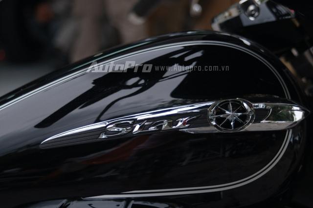 Đối lập với dàn áo đen bóng là các chi tiết được mạ crôm sáng loáng tạo nên điểm nhấn cho mẫu xe đường trường 1.300 phân khối của Yamaha.