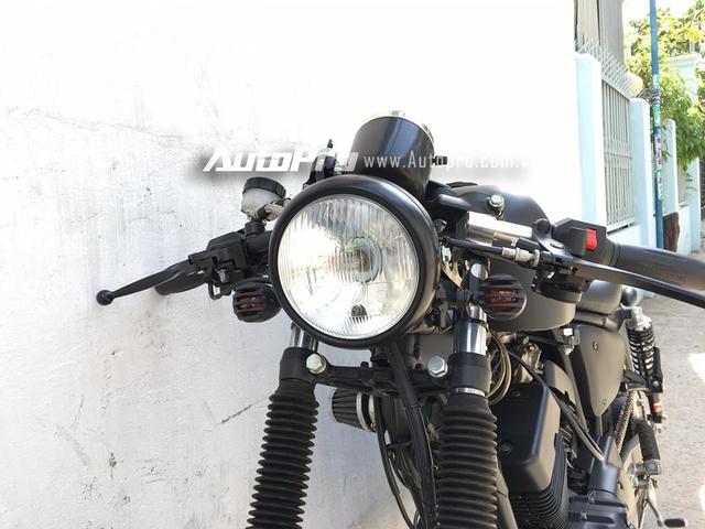 Ở phần đầu xe, cụm tay lái cao trên những chiếc Virago XV125 được loại bỏ, thay vào đó là ghi đông ngang và được đặt thấp, từ đó, giúp các chi tiết của xe như cụm đồng hồ tốc độ và đèn pha tròn cổ điển trở thành điểm nhấn trên mẫu xế độ. Thậm chí hai đèn xi-nhan trước cũng được thợ Sài thành trang trí thêm đồ chơi bắt mắt.