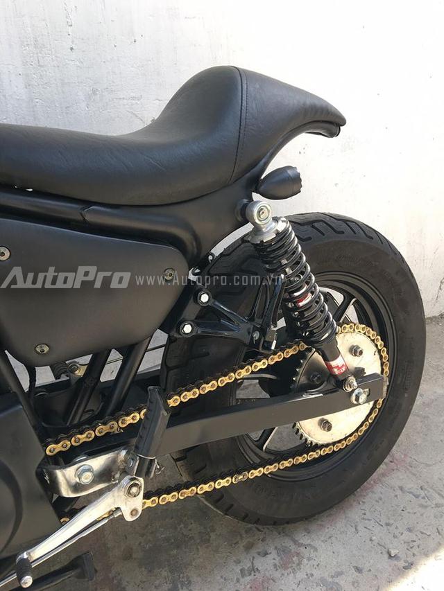 Thay cho loại yên 2 tầng trên Yamaha Virago 125, mẫu xế độ được tạo dáng phần yên theo phong cách café racer. Cặp phuộc sau của YSS, nhông sên dĩa vàng và cặp lốp của Dunlop.