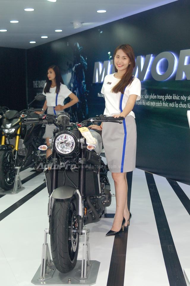 Bên cạnh bộ đôi xe concept và siêu mô tô quyền lực Yamaha YZR-M1 thu hút nhiều sự chú ý của khách tham quan, trong triển lãm mô tô xe máy Việt Nam 2016, Yamaha còn mang đến mẫu xe Café Racer đầy cá tính là XSR 900 được phát triển dựa trên MT-09. Yamaha XSR 900 trên thực tế là mẫu xe từng ra mắt tại triển lãm SEMA 2015.