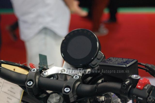 Chẳng hạn như đồng hồ trên Yamaha XSR 900 sử dụng màn hình LCD tiên tiến, nền đen và các con số hiện thị màu trắng đối lập.