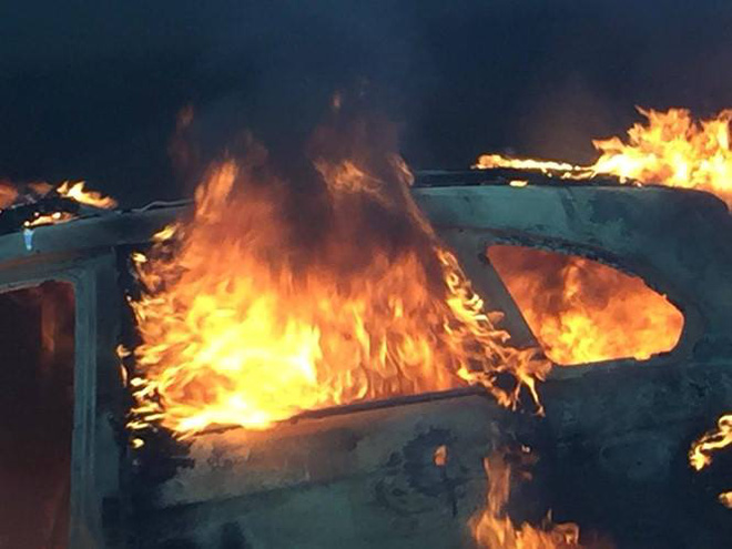 Ngọn lửa nhanh chóng lan ra khắp thân xe.