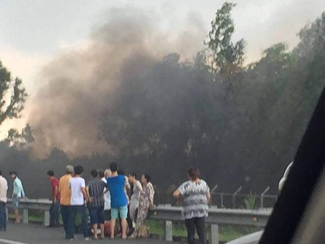 Mọi người đứng dạt ra xa vì sợ xe nổ.