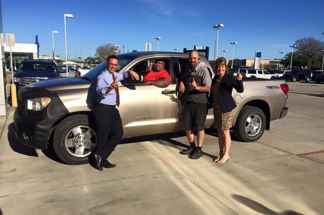 Nhân viên đại lý chụp ảnh cùng ông Sheppard và chiếc Toyota Tundra.