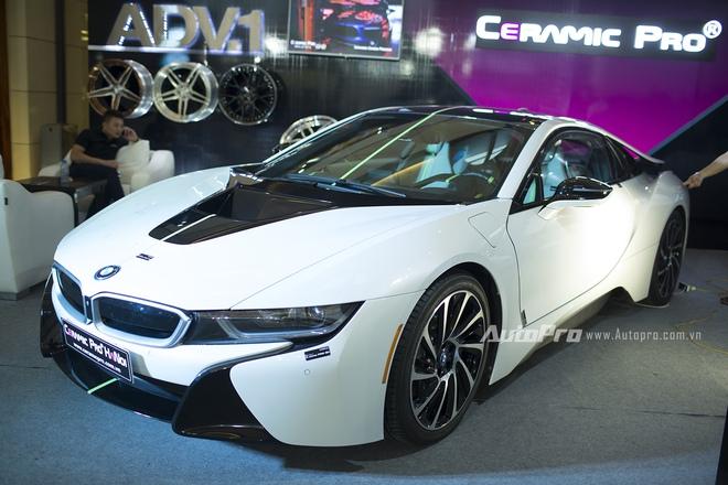 Thu hút được nhiều sự chú ý nhất của khách thăm quan với mẫu xe BMW chính là chiếc BMW i8. Mặc dù chiếc BMW i8 này không phải là hàng nhập khẩu chính hãng mà chỉ là xe trưng bày của một gian hàng phụ trợ tại BMW World Vietnam 2016.
