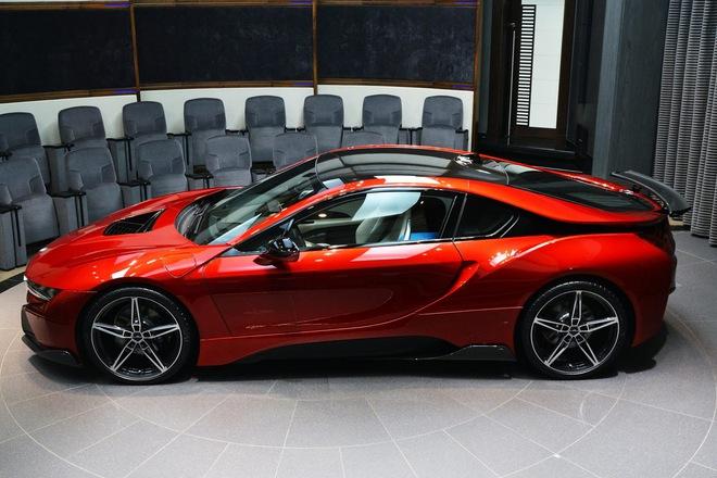 Hiện BMW i8 là mẫu xe hybrid thể thao hạng sang bán chạy nhất thế giới. Bản thân các tay chơi xe tại Việt Nam cũng rất chuộng BMW i8. Bằng chứng là trong năm 2015, đã có hơn 30 chiếc BMW i8 liên tục được đưa về Việt Nam. Phần lớn trong số đó đều đã có chủ sở hữu.