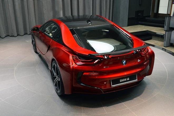 Đáng tiếc thay, trái tim của chiếc BMW i8 màu đỏ nham thạch vẫn là hệ dẫn động hybrid nguyên bản, bao gồm máy xăng 3 xy-lanh TwinPower Turbo, dung tích 1,5 lít và mô-tơ điện. Hệ dẫn động tạo ra công suất tối đa 362 mã lực và mô-men xoắn cực đại 570 Nm. Đi kèm với đó là hộp số tự động 6 cấp.