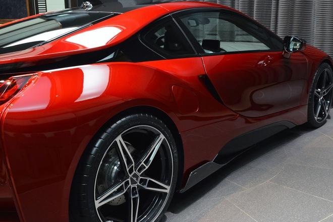 Không dừng ở đó, chiếc BMW i8 màu đỏ nham thạch đặc biệt còn được bổ sung gói phụ kiện bằng sợi carbon của hãng độ AC Schnitzer.