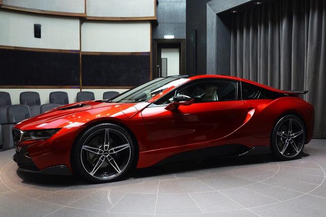 Để minh chứng cho khẳng định của mình, đại lý BMW Abu Dhabi đã trưng bày chiếc BMW i8 được sơn màu đỏ nham thạch.