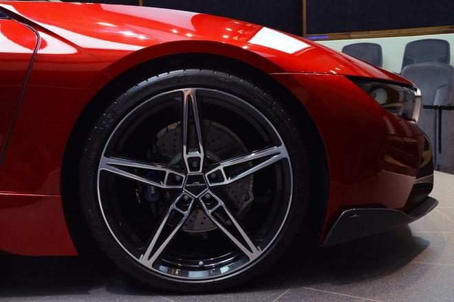 Ngoài ra, chiếc BMW i8 còn đi kèm bộ vành la-zăng 21 inch 5 chấu.