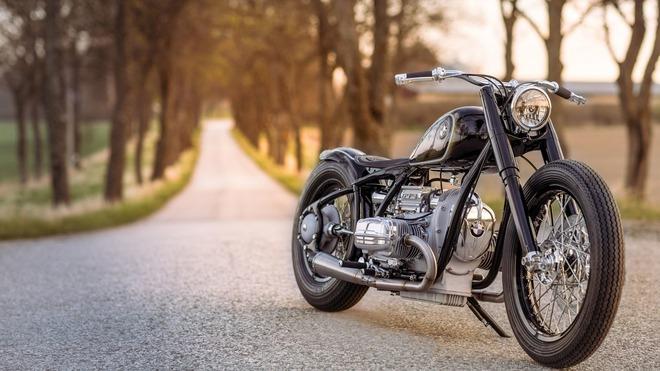 Về thiết kế, BMW R5 Hommage là sự kết hợp hoàn hảo giữa thiết kế cổ điển mang tính lịch sử và kỹ năng độ xe hiện đại. Trong thế giới hiện tại, chẳng có gì khó để chế tạo thứ gì đó phức tạp. Tuy nhiên, để giữ sự đơn giản lại là chuyện rất phức tạp, ông Ola Stenegard, giám đốc mảng thiết kế xe của BMW Motorrad, phát biểu.