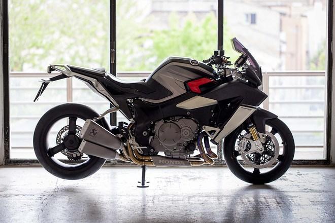 Điểm nhấn của Honda VFR1200F phiên bản độ cực chất nằm ở những đồ chơi như phuộc Ohlins NIX30, giảm xóc Olins TTX36GP, hệ thống xả Akrapovic chế tạo riêng, phanh Nissins và hệ thống đèn đặt hàng.