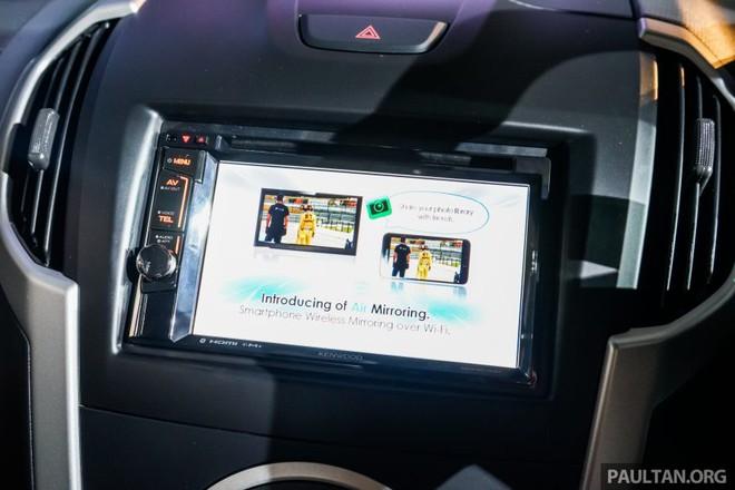 Chưa hết, quái thú Isuzu D-Max Beast còn được trang bị hệ thống thông tin giải trí Kenwood DVD nâng cấp với màn hình cảm ứng 6,2 inch, camera chiếu hậu tiêu chuẩn, âm ly điện tử Bongiovi và 6 loa. Riêng bản 3.0L 4x4 của Isuzu D-Max Beast có hệ thống điều hòa không khí tự động thay vì chỉnh tay như bản 2.5L 4x4.
