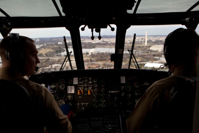 Bên trong trực thăng có hệ thống liên lạc an toàn để Tổng thống giữ liên lạc với Nhà Trắng và Lầu Năm Góc.