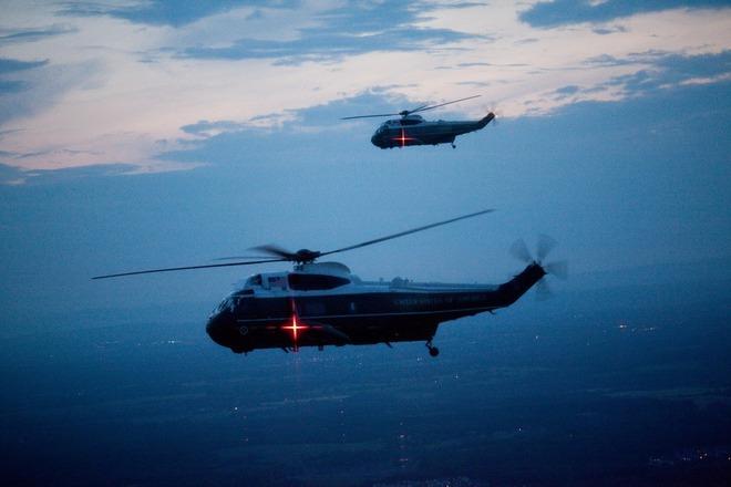 Tương tự máy bay Air Force One, Marine One cũng có trực thăng chim mồi bay cùng.