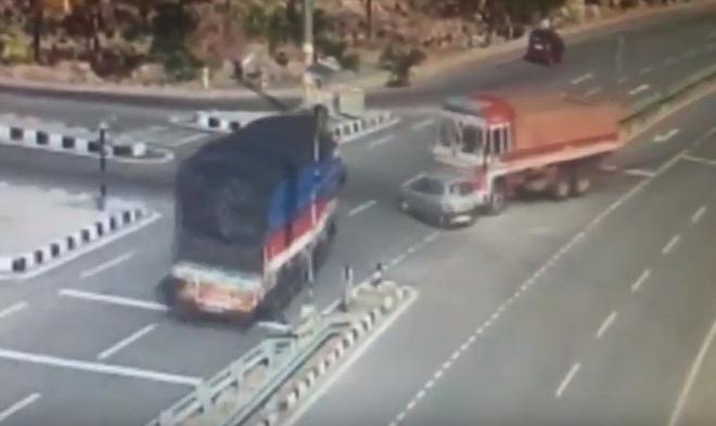 Ô tô con va chạm với xe tải khi cố gắng vượt lên. Ảnh cắt từ video