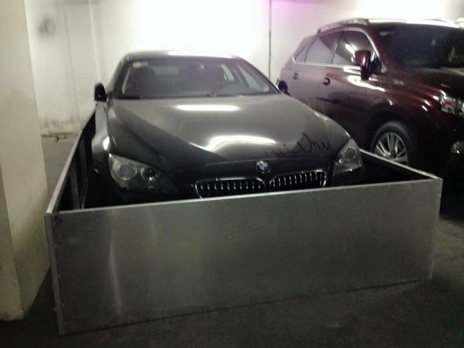Chiếc BMW 640i Gran Coupe đỗ trong hầm xe với các thanh inox tạo thành bức tường bảo vệ cho xe.