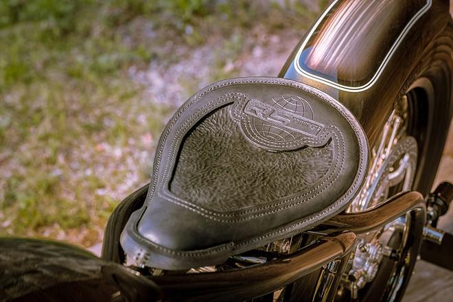 Chưa hết, BMW R5 Hommage còn được trang bị yên bọc da được khâu bằng tay, trông như lấy từ mô tô của thập niên 30.