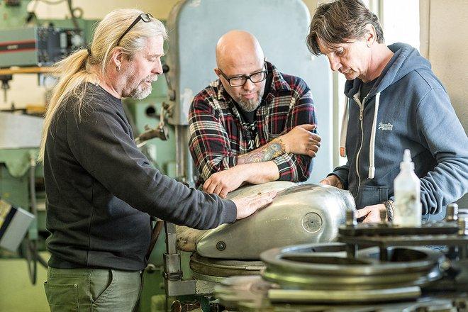 Tuy nhiên, để chế tạo R5 Hommage, hãng BMW đã kết hợp với hai thợ độ xe thủ công nổi tiếng người Thụy Sỹ là Ronny và Benny Norén đến từ hãng Unique Custom Cycles.