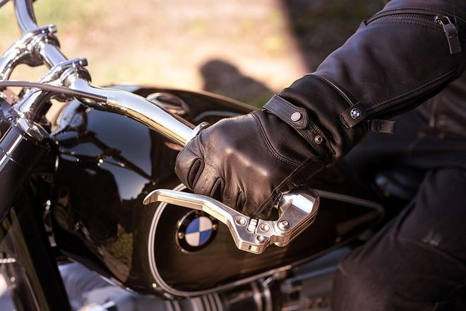 Bản thân cần phanh và côn tay cũng là hai chi tiết chế tạo riêng, mang đến sự cổ điển không lẫn vào đâu cho BMW R5 Hommage. Kết hợp với trục bánh trước và sau có thiết kế tối giản là hệ thống phanh với piston hiện đại.