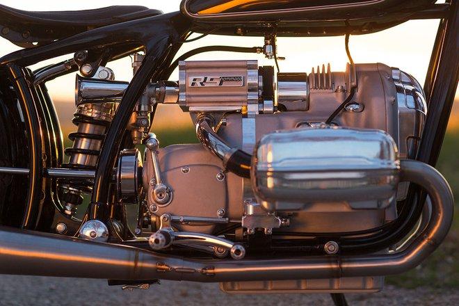 Trong khi đó, những chi tiết khác của chiếc BMW R5 Hommage đều được chế tạo thủ công từ đống hỗn tạp. Với kinh nghiệm độ xe 30 năm, anh em nhà Norén đã tự mình tạo ra những bộ phận cần thiết để thổi sức sống cho R5 Hommage như nắp van hay tấm che động cơ. Tương tự những bộ phận bên trong động cơ và hộp số, nắp che cũng được làm từ nhôm.