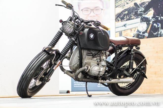 Tại BMW World Vietnam 2016, thương hiệu Motorrad không có bất kỳ sản phẩm mới nào. Tuy nhiên, gian hàng của Motorrad vẫn le lói sự hấp dẫn với những khán giả khó tính khi trưng bày một mẫu xe độ có thể được liệt vào hàng siêu hiếm. Nhất là khi nó lại được chính những thợ độ nhà nghề Việt Nam đảm nhận công đoạn lột xác.