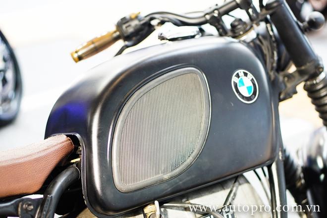Bình xăng vuông vức được trang trí bằng họa tiết hình thoi cùng logo BMW.