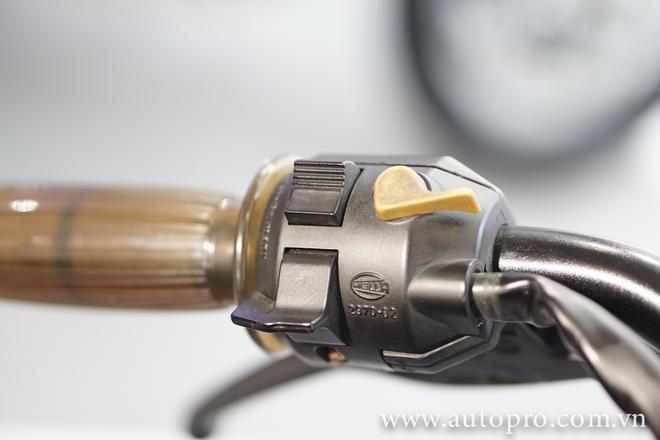 Cụm công tắc không quá phức tạp ở cả hai bên, với các chức năng như chỉnh pha/cốt, công tắc đèn,...