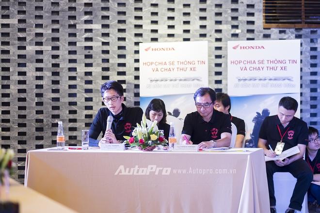 Ông Koji Teramoto trả lời câu hỏi của phóng viên tại buổi ra mắt Honda Winner 150.