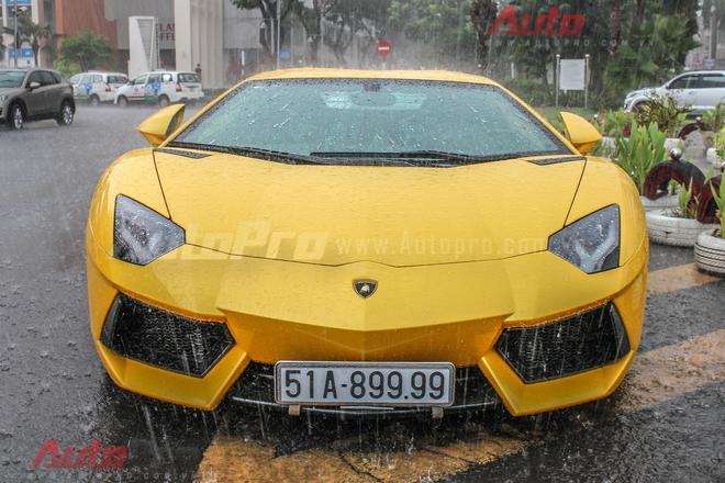 Lamborghini Aventador mang biển trắng tứ quý 9 cho tới nay vẫn thường gây sốt cộng đồng mỗi lần xuất hiện dù xe cập cảng từ năm 2012 và đã về tay chủ nhân từ năm 2014. Ở thời điểm đó, mức giá để sở hữu Aventador sau khi đăng ký là khoảng trên 22 tỷ đồng.