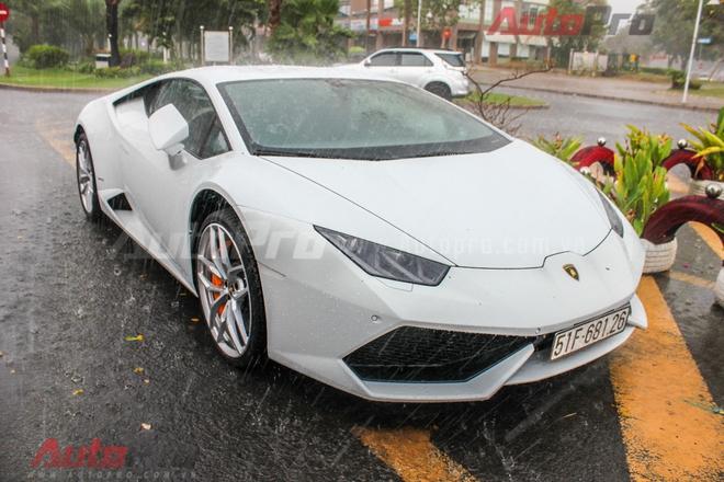 Cuối cùng là chiếc Lamborghini Huracan cũng mang màu sơn trắng.