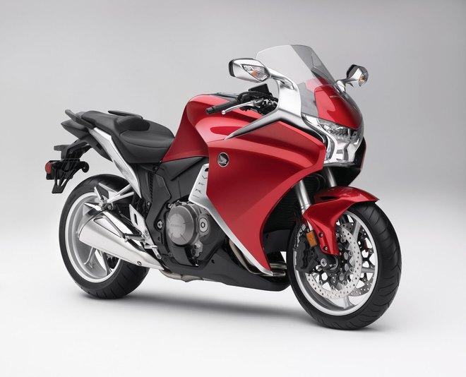 VFR1200F không phải là mẫu mô tô được yêu thích nhất trong dòng sản phẩm của hãng Honda. Thay vào đó, mẫu xe cỡ lớn và hạng nặng VFR1200F chỉ là minh chứng cho cam kết đưa dòng VFR bay xa khỏi dòng mô tô thể thao đường trường của Honda.