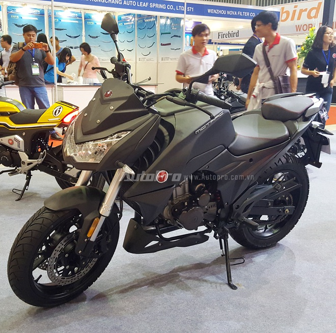 Trong triển lãm Saigon Autotech & Accessories lần thứ 12 đang diễn ra tại Quận 7, một gian hàng mô tô phân khối lớn đã gây sự chú ý khi cho trưng bày nhiều mẫu xe nhái trắng trợn các hãng mô tô đình đám như Ducati, Kawasaki hay chiếc minibike, Honda MSX 125.
