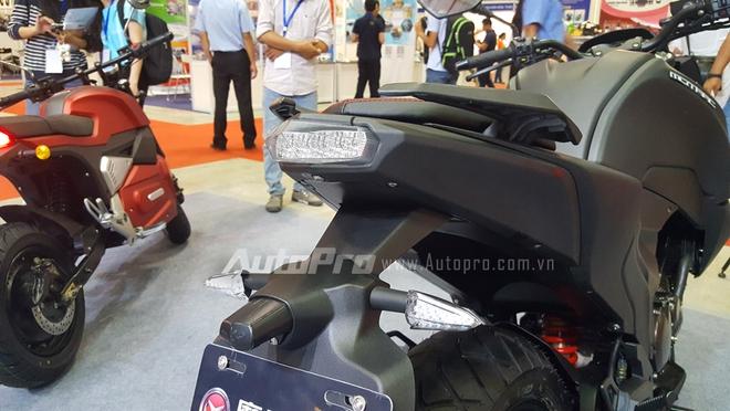 Tuy được xem là phiên bản nhái của chiếc Kawasaki Z1000, Motrac MT vẫn mang đến sự mất hứng cho người xem bởi thiết kế tổng thể xấu xí, đặc biệt là phần đuôi xe thiết kế khá thô. Cụm đèn hậu sử dụng công nghệ LED.
