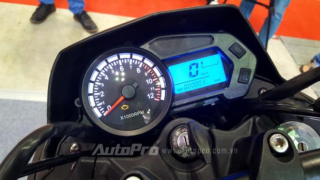 Bảng đồ hồ dạng analog kết hợp màn hình LCD với nền ánh sáng xanh, các thông số cơ bản của xe được hiển thị đơn giản.